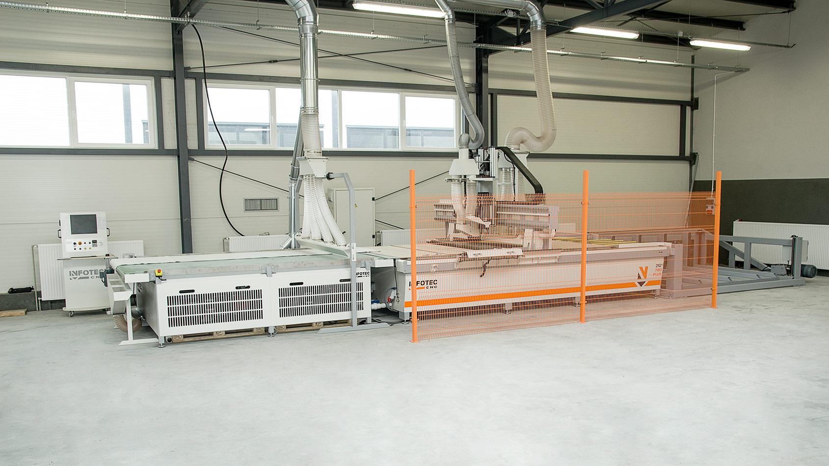 Zdjęcie podczas instalacji maszyny CNC